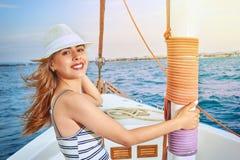 Όμορφη χαμογελώντας γυναίκα, θερινό ταξίδι σε ένα γιοτ στη θάλασσα Στοκ φωτογραφία με δικαίωμα ελεύθερης χρήσης