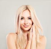 Όμορφη χαμογελώντας γυναίκα με την ξανθή τρίχα Πρότυπο μόδας Blondie στοκ εικόνες