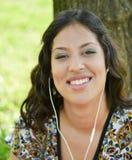 Όμορφη χαμογελώντας γυναίκα που ακούει τη μουσική υπαίθρια Στοκ φωτογραφίες με δικαίωμα ελεύθερης χρήσης