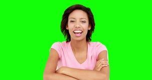 Όμορφη χαμογελώντας γυναίκα που μιλά στη κάμερα φιλμ μικρού μήκους