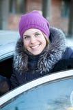 Όμορφη χαμογελώντας γυναίκα που παίρνει στο νέο αυτοκίνητο Στοκ Εικόνες