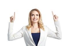 Όμορφη χαμογελώντας γυναίκα που παρουσιάζει στο ελαφρύ υπόβαθρο Στοκ φωτογραφίες με δικαίωμα ελεύθερης χρήσης
