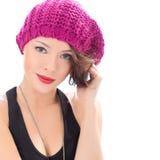 Όμορφη χαμογελώντας γυναίκα που φορά το ρόδινο καπέλο Στοκ Εικόνες