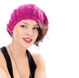 Όμορφη χαμογελώντας γυναίκα που φορά το ρόδινο καπέλο Στοκ Φωτογραφίες