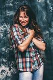 Όμορφη χαμογελώντας γυναίκα στο πουκάμισο ελέγχου Στοκ εικόνες με δικαίωμα ελεύθερης χρήσης