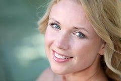Όμορφη χαμογελώντας γυναίκα Στοκ φωτογραφίες με δικαίωμα ελεύθερης χρήσης