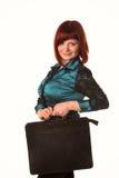 Όμορφη χαμογελώντας επιχειρησιακή γυναίκα που κρατά το μαύρο χαρτοφύλακα Στοκ Εικόνα