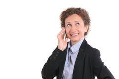 Όμορφη χαμογελώντας επιχειρησιακή γυναίκα που μιλά στο τηλέφωνο Στοκ φωτογραφίες με δικαίωμα ελεύθερης χρήσης