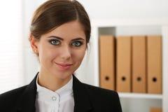 Όμορφη χαμογελώντας επιχειρησιακή γυναίκα που στέκεται στο γραφείο Στοκ φωτογραφία με δικαίωμα ελεύθερης χρήσης