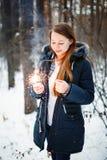 Όμορφη χαμογελώντας θηλυκή εκμετάλλευση Sparklers Στοκ εικόνα με δικαίωμα ελεύθερης χρήσης