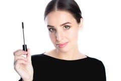 Όμορφη χαμογελώντας νέα γυναίκα με mascara τη βούρτσα Στοκ Εικόνες