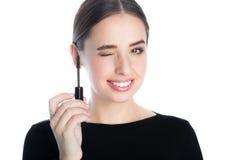 Όμορφη χαμογελώντας νέα γυναίκα με mascara τη βούρτσα Στοκ εικόνες με δικαίωμα ελεύθερης χρήσης