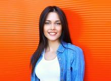 Όμορφη χαμογελώντας νέα γυναίκα πορτρέτου πέρα από το κόκκινο στοκ φωτογραφία με δικαίωμα ελεύθερης χρήσης