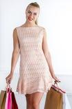 Όμορφη χαμογελώντας περπατώντας γυναίκα που φορά το φόρεμα Στοκ Εικόνες
