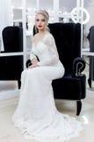 Όμορφη χαριτωμένη τρυφερή νύφη νέων κοριτσιών στο γαμήλιο φόρεμα στους καθρέφτες με την τρίχα βραδιού και την ευγενή ελαφριά σύνθ στοκ φωτογραφίες με δικαίωμα ελεύθερης χρήσης