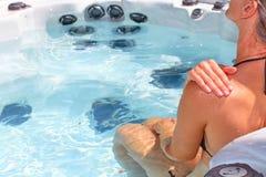 Όμορφη χαλάρωση γυναικών στην καυτή σκάφη Στοκ Φωτογραφίες
