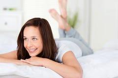 Όμορφη χαλάρωση γυναικών στο κρεβάτι της Στοκ Εικόνες