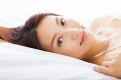 Όμορφη χαλάρωση γυναικών στο κρεβάτι Στοκ φωτογραφία με δικαίωμα ελεύθερης χρήσης