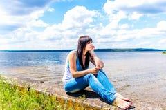 Όμορφη χαλάρωση κοριτσιών κοντά στον ποταμό Στοκ Φωτογραφία