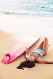 Όμορφη χαλάρωση κοριτσιών Surfer στην παραλία Στοκ εικόνες με δικαίωμα ελεύθερης χρήσης