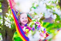 Όμορφη χαλάρωση μικρών κοριτσιών σε μια αιώρα Στοκ φωτογραφίες με δικαίωμα ελεύθερης χρήσης