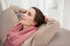 Όμορφη χαλάρωση brunette στον καναπέ Στοκ Φωτογραφίες