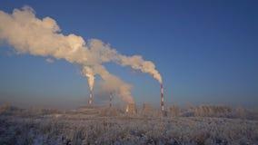 Όμορφη χειμερινή άποψη με τις καπνοδόχους και το μπλε ουρανό φιλμ μικρού μήκους