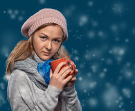 Όμορφη χειμερινή γυναίκα με την κούπα Στοκ Φωτογραφία