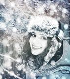 Όμορφη χειμερινή γυναίκα με το χιόνι Στοκ εικόνα με δικαίωμα ελεύθερης χρήσης