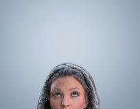 Όμορφη χειμερινή γυναίκα που ανατρέχει Στοκ εικόνες με δικαίωμα ελεύθερης χρήσης