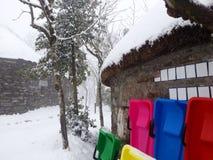 Όμορφη χειμερινή επαρχία με τα έλκηθρα και το χιόνι Στοκ εικόνα με δικαίωμα ελεύθερης χρήσης