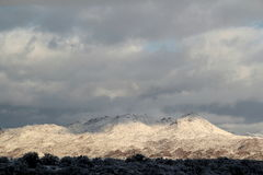 Όμορφη χειμερινή ημέρα με τα χιονισμένα βουνά Santa Catalina Pusch Ridge στο Tucson, Αριζόνα στοκ φωτογραφία