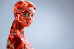Όμορφη χιλιετής γυναικεία τοποθέτηση στο κλίμα φύλλων Στοκ Εικόνα