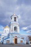Όμορφη χριστιανική εκκλησία στο υπόβαθρο ενός μπλε νεφελώδους ουρανού Στοκ Εικόνες