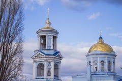 Όμορφη χριστιανική εκκλησία στο υπόβαθρο ενός μπλε νεφελώδους ουρανού Στοκ Φωτογραφίες