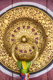 Όμορφη χρυσή λαβή πορτών στο μοναστήρι Rumtek σε Gangtok, Ινδία Στοκ φωτογραφία με δικαίωμα ελεύθερης χρήσης
