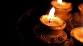 Όμορφη χωμάτινη διακόσμηση λαμπτήρων φω'των του φεστιβάλ στα Χριστούγεννα ή Diwali τη νύχτα απόθεμα βίντεο
