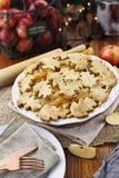 Όμορφη ψημένη πίτα της Apple με τα πιάτα Στοκ Φωτογραφίες