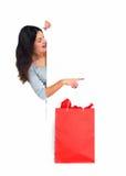 Όμορφη ψωνίζοντας γυναίκα Χριστουγέννων με την τσάντα. στοκ φωτογραφία