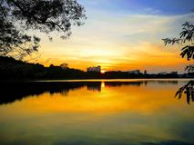 όμορφη όψη ηλιοβασιλέματος οικοδόμηση στη μέση της θέσης φύσης στον πρίγκηπα της δεξαμενής του πανεπιστημίου Songkhla Hatyai, νότ στοκ εικόνα