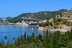 όμορφη όψη θάλασσας Τα βουνά κατεβαίνουν στη θάλασσα αδριατική θάλασσα Μαυροβούνιο Στοκ εικόνες με δικαίωμα ελεύθερης χρήσης
