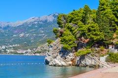 όμορφη όψη θάλασσας Τα βουνά κατεβαίνουν στη θάλασσα Μπλε ουρανός με τα σύννεφα και το τυρκουάζ νερό αδριατική θάλασσα Μαυροβούνι Στοκ φωτογραφία με δικαίωμα ελεύθερης χρήσης