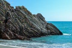όμορφη όψη θάλασσας Τα βουνά κατεβαίνουν στη θάλασσα Μπλε ουρανός με τα σύννεφα και το τυρκουάζ νερό αδριατική θάλασσα Μαυροβούνι Στοκ εικόνες με δικαίωμα ελεύθερης χρήσης