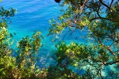 όμορφη όψη θάλασσας Τα βουνά κατεβαίνουν στη θάλασσα παραλιών λεπτό λευκό ύδατος άμμου τυρκουάζ αδριατική θάλασσα Μαυροβούνιο Στοκ Εικόνα
