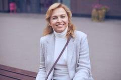Όμορφη ώριμη γυναίκα που εξετάζει τη κάμερα Στοκ εικόνες με δικαίωμα ελεύθερης χρήσης