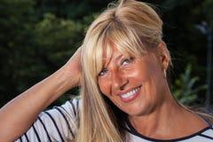 Όμορφη ώριμη γυναίκα που κρατά την τρίχα της Στοκ εικόνα με δικαίωμα ελεύθερης χρήσης