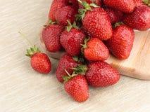 Όμορφη ώριμη φράουλα σε ένα υπόβαθρο υφάσματος Στοκ εικόνες με δικαίωμα ελεύθερης χρήσης