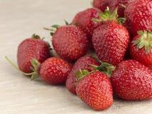 Όμορφη ώριμη φράουλα σε ένα υπόβαθρο υφάσματος Στοκ φωτογραφία με δικαίωμα ελεύθερης χρήσης