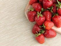 Όμορφη ώριμη φράουλα σε ένα υπόβαθρο υφάσματος Στοκ εικόνα με δικαίωμα ελεύθερης χρήσης