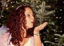 Όμορφη ώριμη brunette σκόνη νεράιδων νεράιδων φυσώντας Στοκ φωτογραφία με δικαίωμα ελεύθερης χρήσης